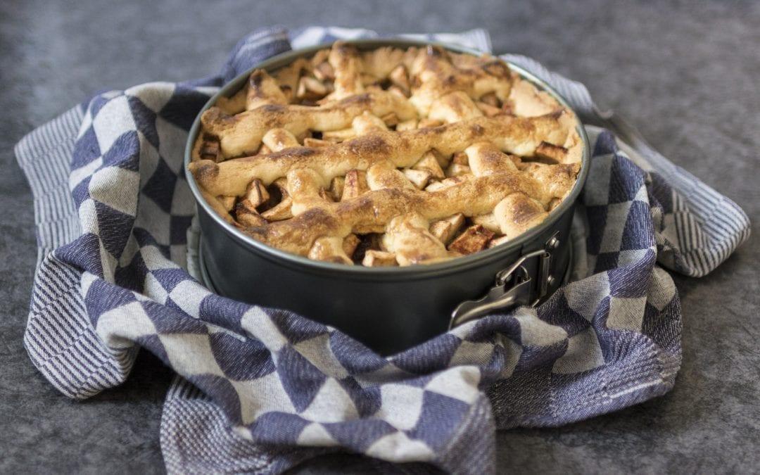 Torta di mele, uvetta e noci con farina integrale